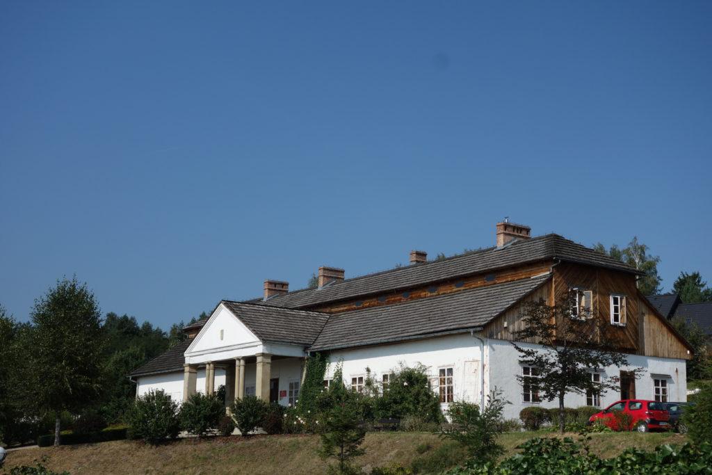 Dwór z Drogini w Skansenie w Wygiełzowie
