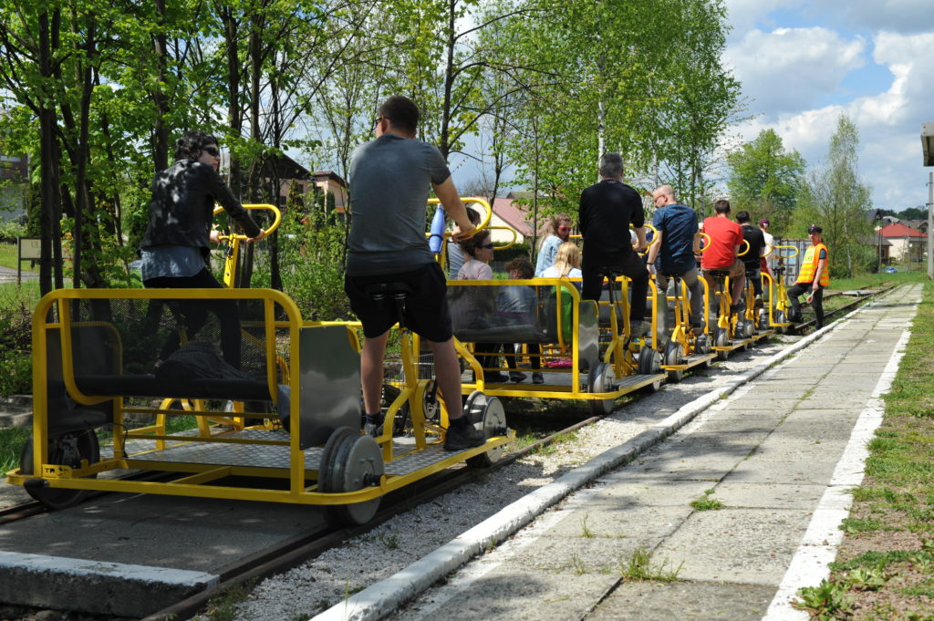 """Pełny tabor """"rowerowych"""" na stacji Regulice"""